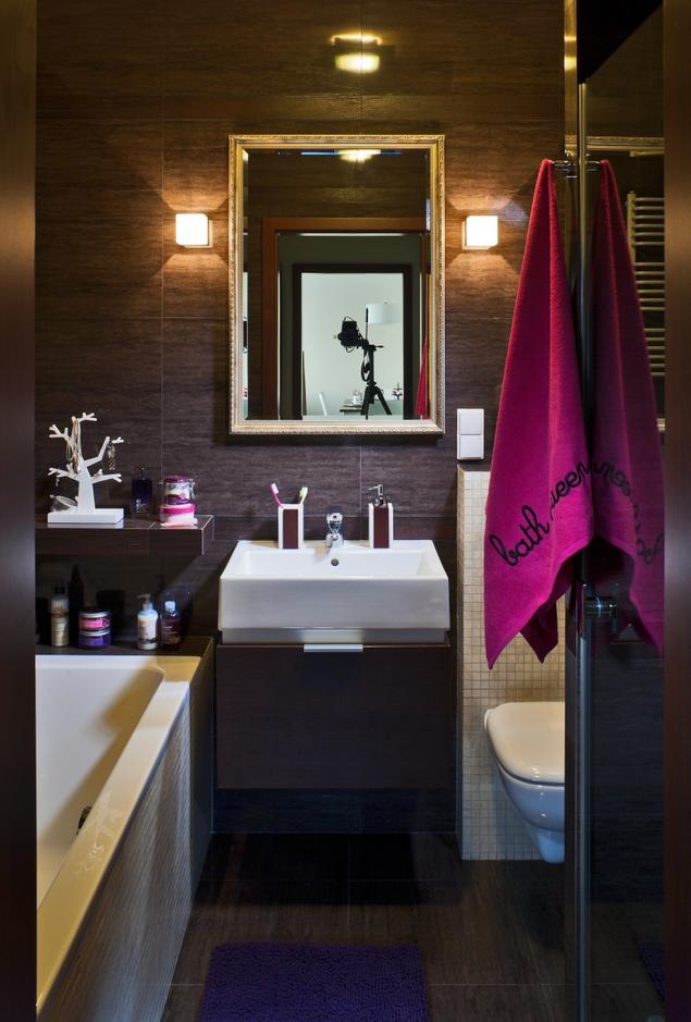 Brązowa mała łazienka. Ciemny wystrój wnętrz