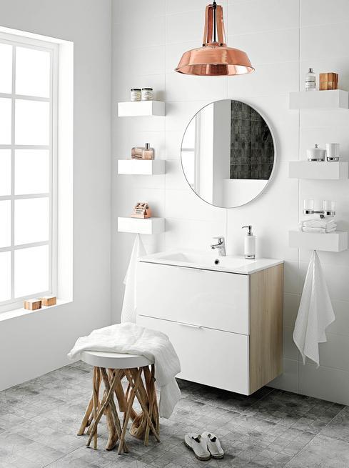 Dodatki do jasnej łazienki. Minimalistyczna aranżacja łazienki