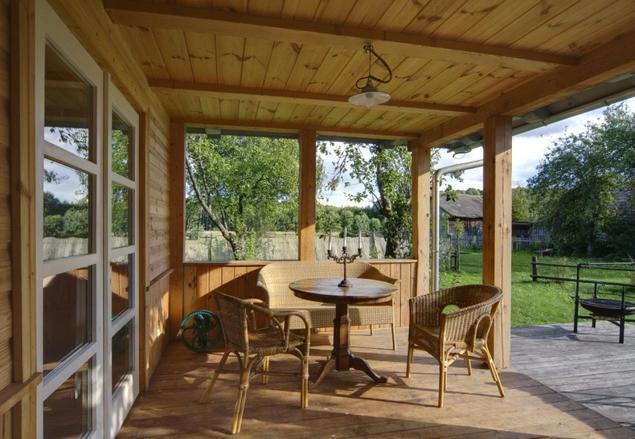 Wiklinowe meble ogrodowe świetnie uzupełnią drewniany taras