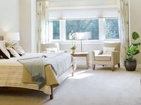 Jak urządzić sypialnię? Beżowa sypialnia w stylu klasycznym