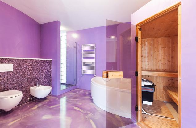 Ekskluzywna fioletowa łazienka z sauną w stylu minimalistycznym