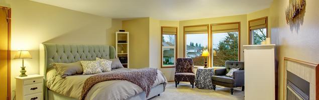 Elegancka sypialnia z miętowym łóżkiem. Białe meble do sypialni
